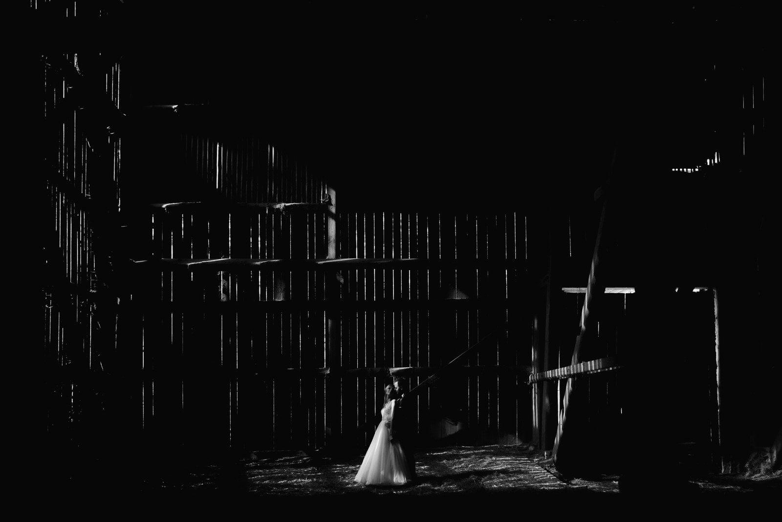 sesja ślubna stodoła