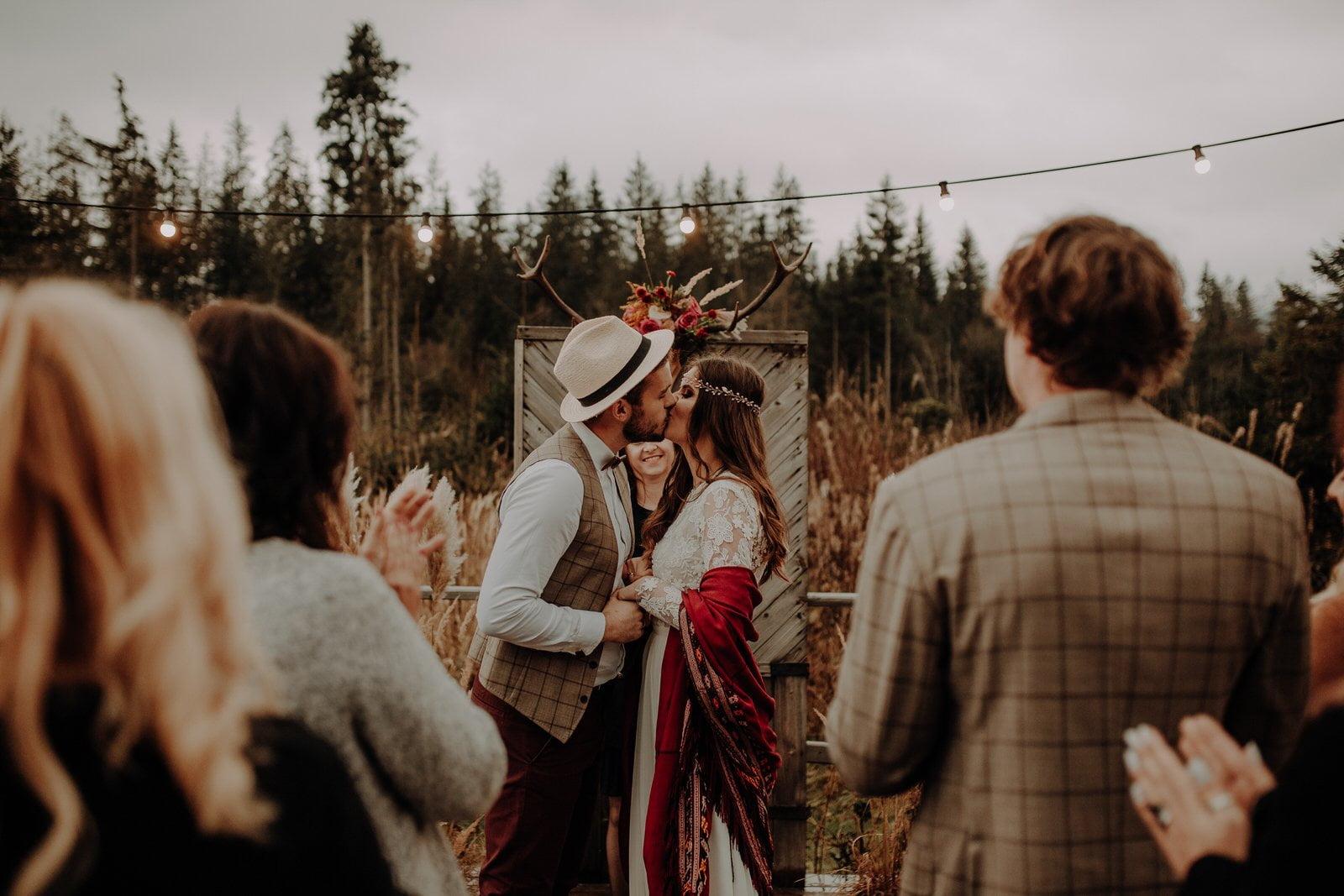 ślub plenerowy pocałunek polana