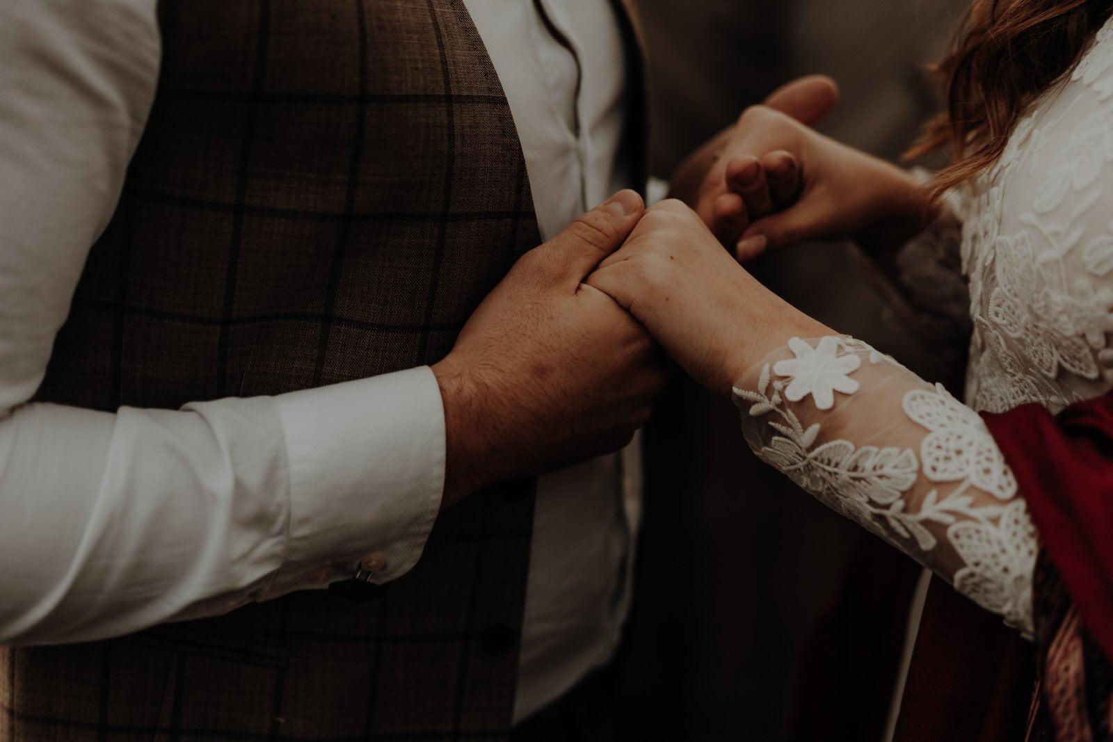 ślub plenerowy ręce